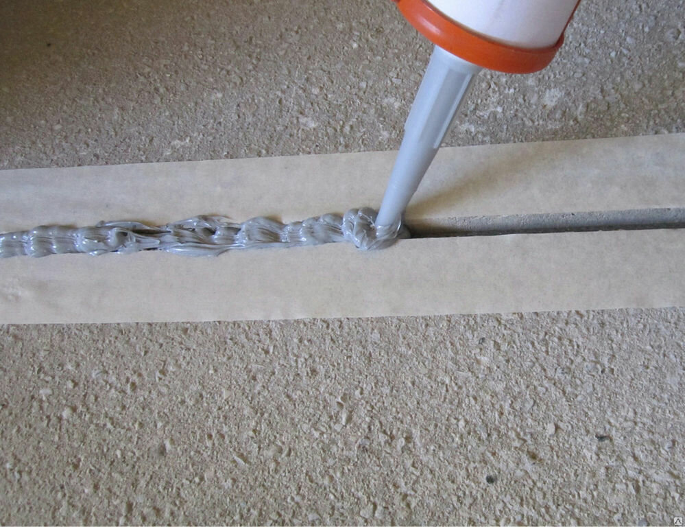 Заделываем швы в стяжке с помощью герметика