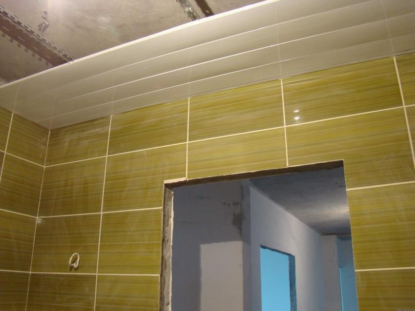 Как недорого своими руками отделать ванную комнату пластиковыми панелями?