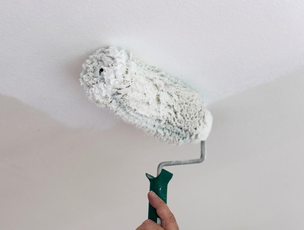 Полезная экономия: все о побелке потолка водоэмульсионной краской