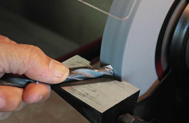 Заточка сверла по металлу: как правильно заточить на наждаке и болгаркой любое сверло в домашних условиях своими руками?