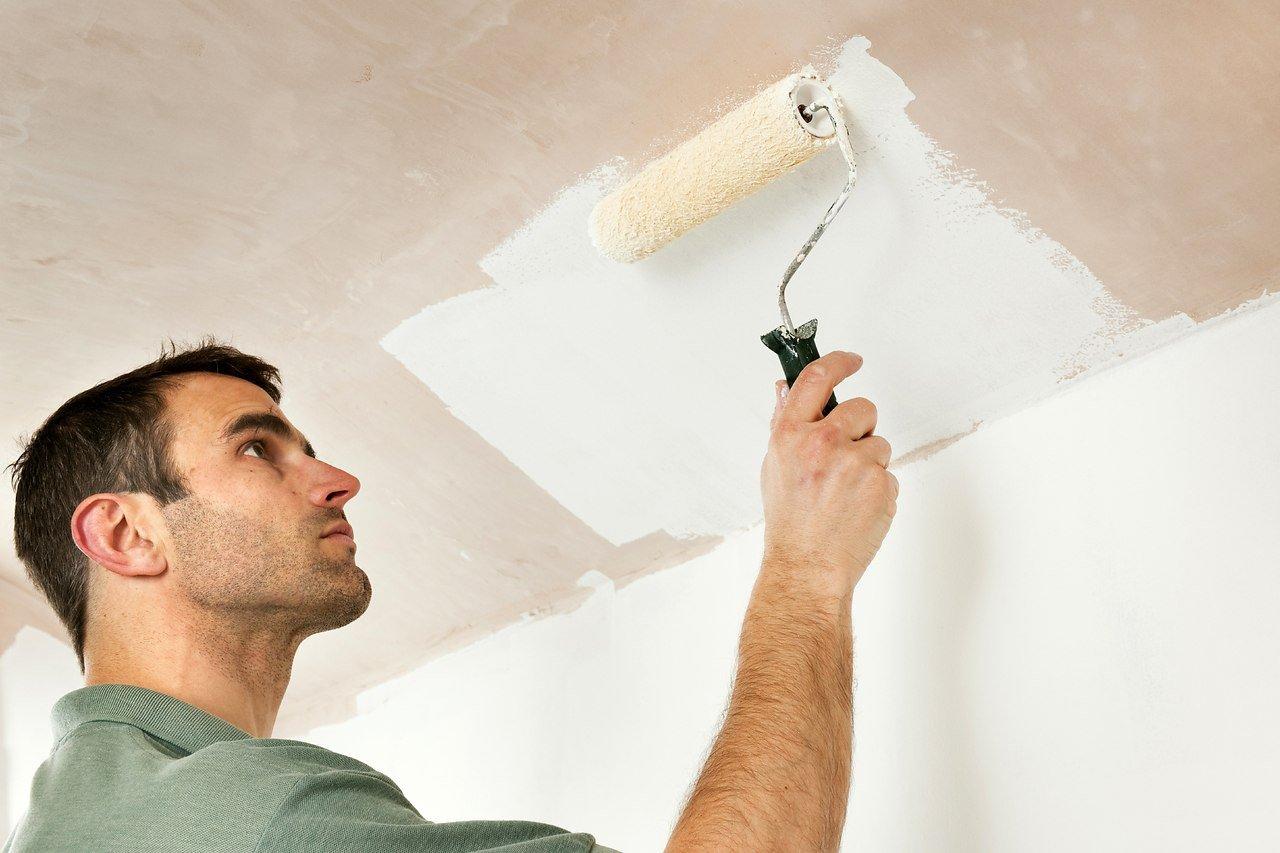 Как побелить потолок побелкой, не смывая старой: даны инструкции, как правильно выполнить работу своими руками, развести мел, известь и водоэмульсионную краску