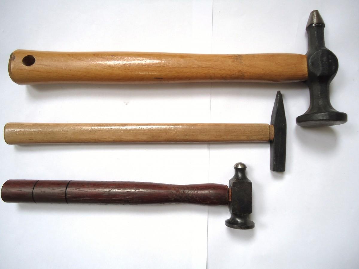 Инструмент молоток. разнообразие инструмента и его применение.
