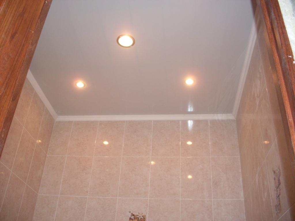 Какой потолок лучше сделать в ванной комнате фото