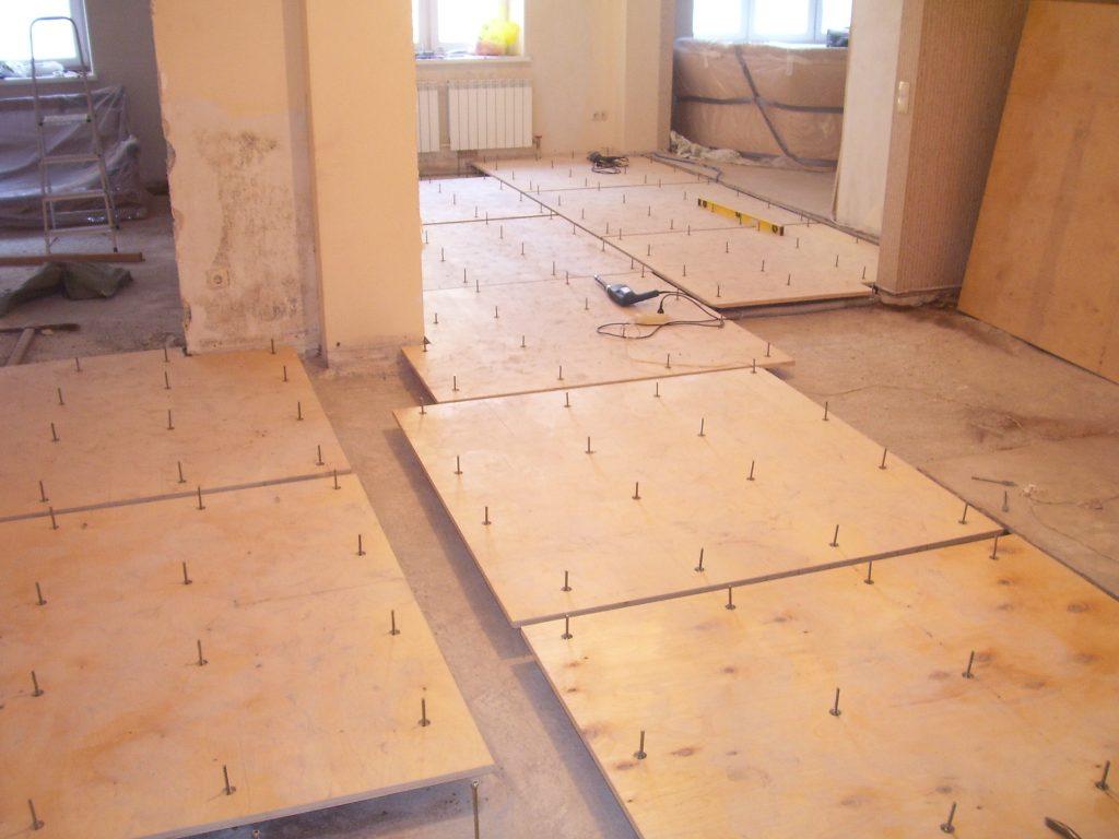 Как выровнять пол под ламинат? подготовка деревянного покрытия к укладке, выравнивание деревянного основания фанерой и другими материалами