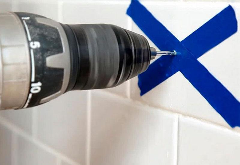 Как просверлить отверстие в кафельной плитке без повреждений - инструкция с фото и видео