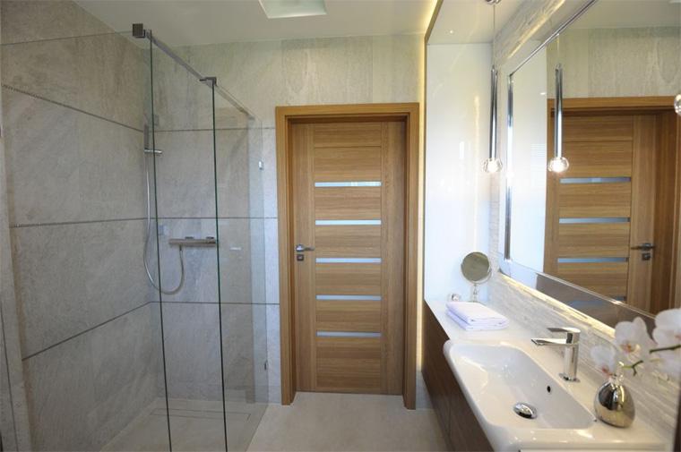 Двери для ванной и туалета: особенности выбора и правила эксплуатации