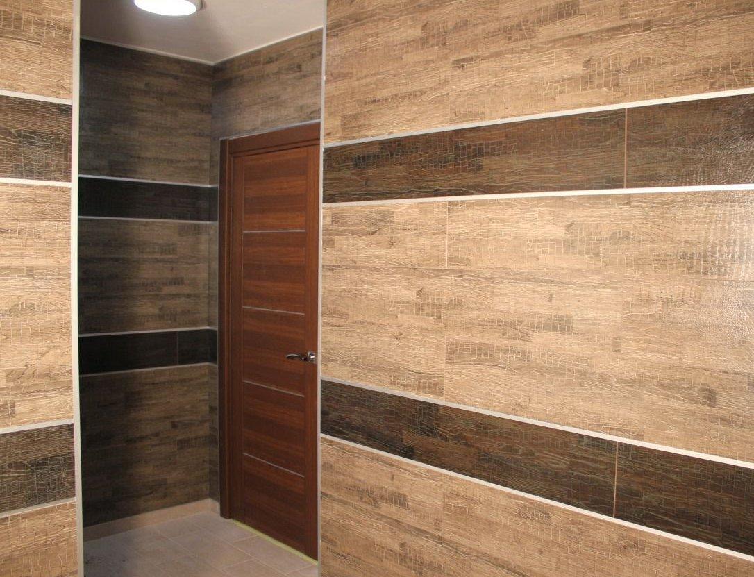 Современный интерьер квартиры с полом из ламината