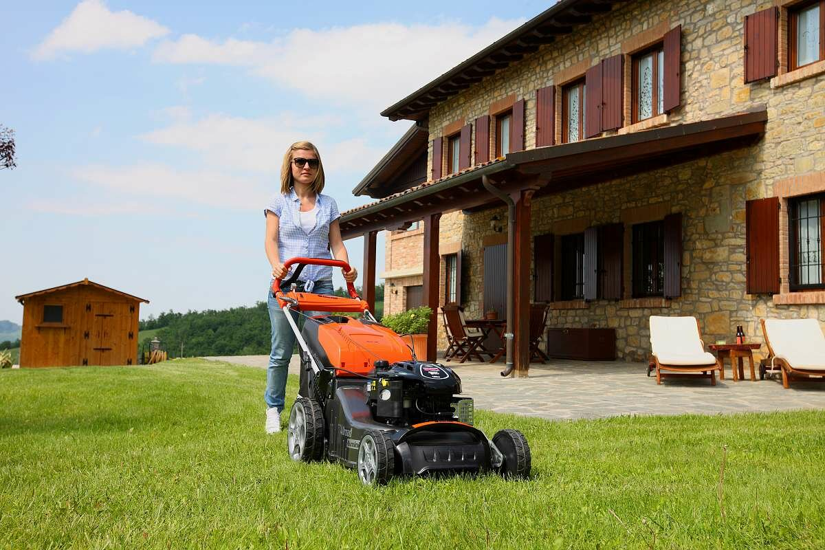 Как выбрать газонокосилку: обзор электрических и бензиновых моделей