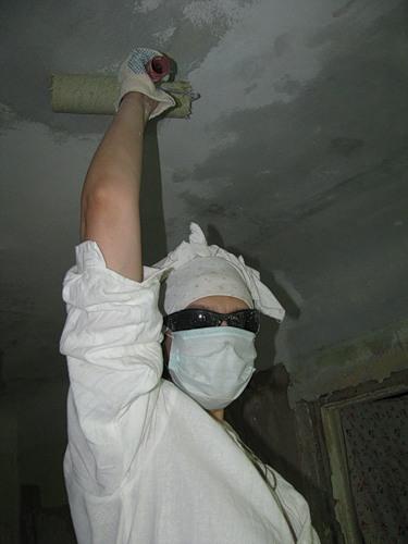 Побелка потолка мелом своими руками: как самостоятельно приготовить, в каких пропорциях  развести, как снять старое покрытие и нанести раствор с помощью пылесоса?