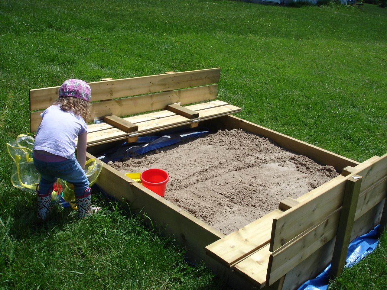 Как сделать красочную детскую песочницу с зонтиком от солнца