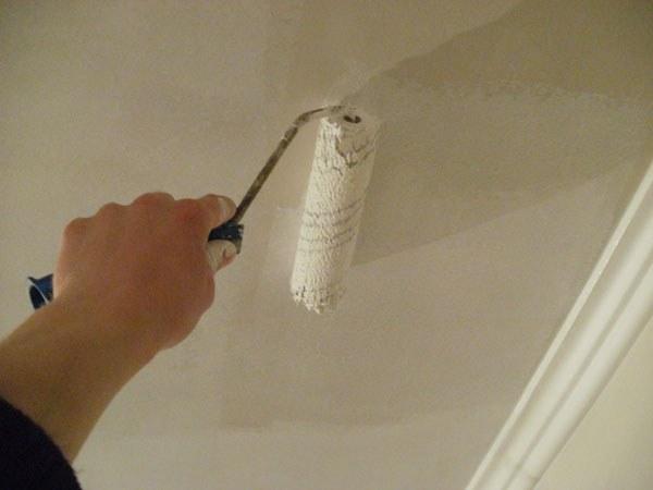 Как снять старую побелку с потолка быстро и без грязи