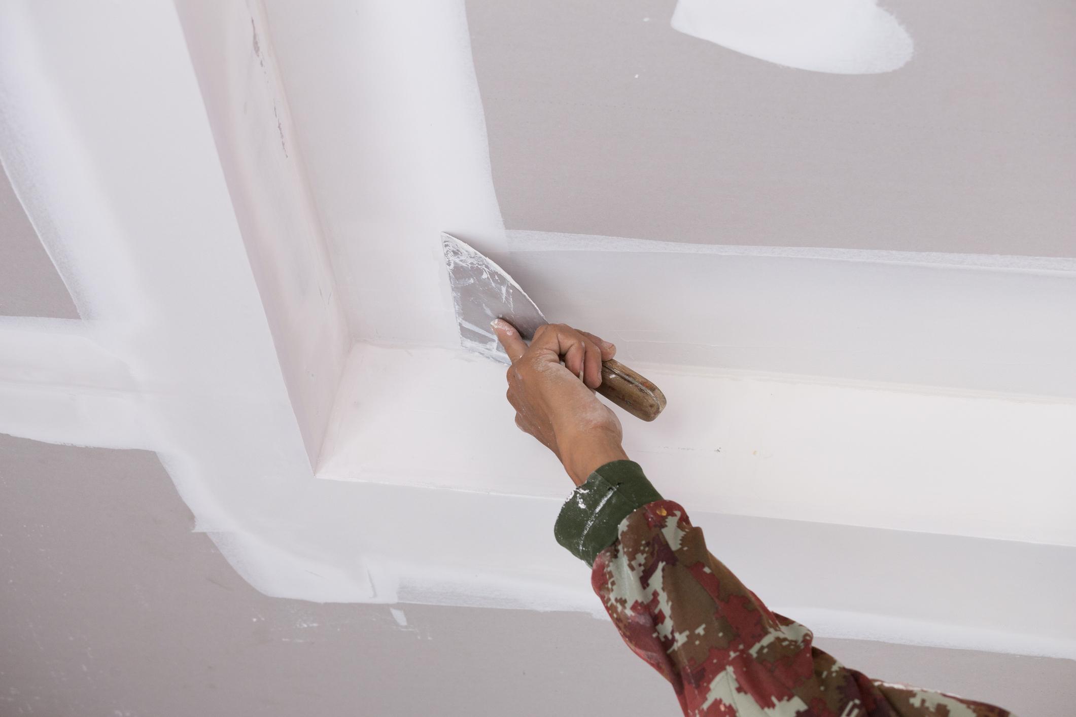 Как шпаклевать стены своими руками: под обои и под покраску, видео новичку