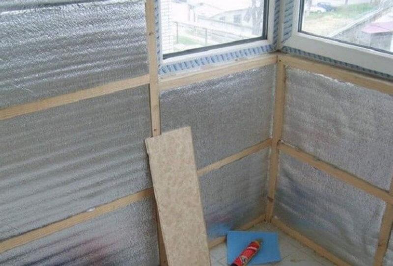 Фольгированный пенофол (38 фото): технические характеристики самоклеящегося утеплителя, утепление дома изнутри