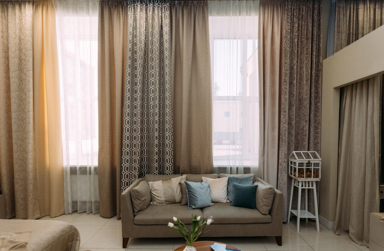 Шторы в квартиру: модные тенденции и новинки дизайна. выбор цвета, стиля, виды, декор, украшение, фото-идеи для нестандартных окон