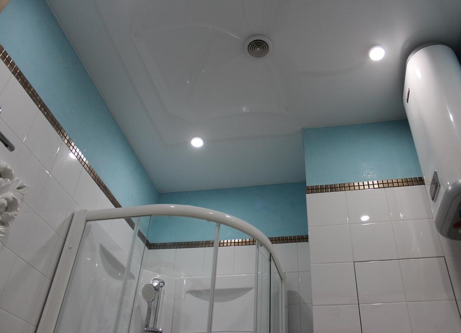 Какой потолок лучше сделать в ванной - советы по выбору варианта отделки