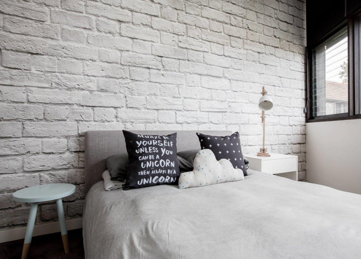 Интерьер гостиной с кирпичной стеной и обоями