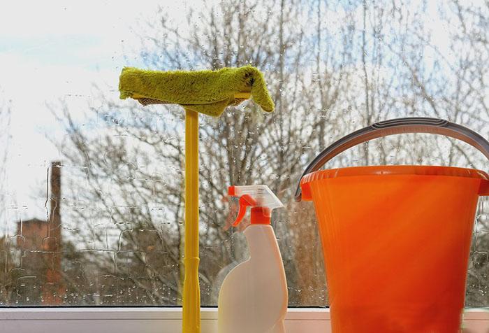 Как вымыть пластиковые окна без разводов: средства и приспособления