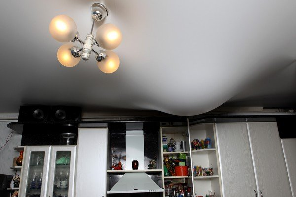 Что лучше, натяжной потолок пвх или тканевый: отзывы