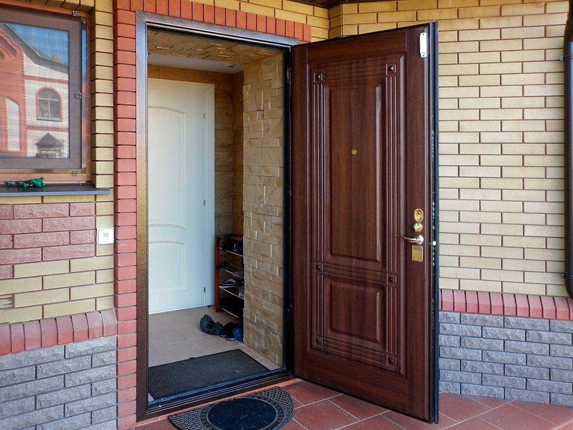 Какую дверь поставить в дом, чтобы не промерзала