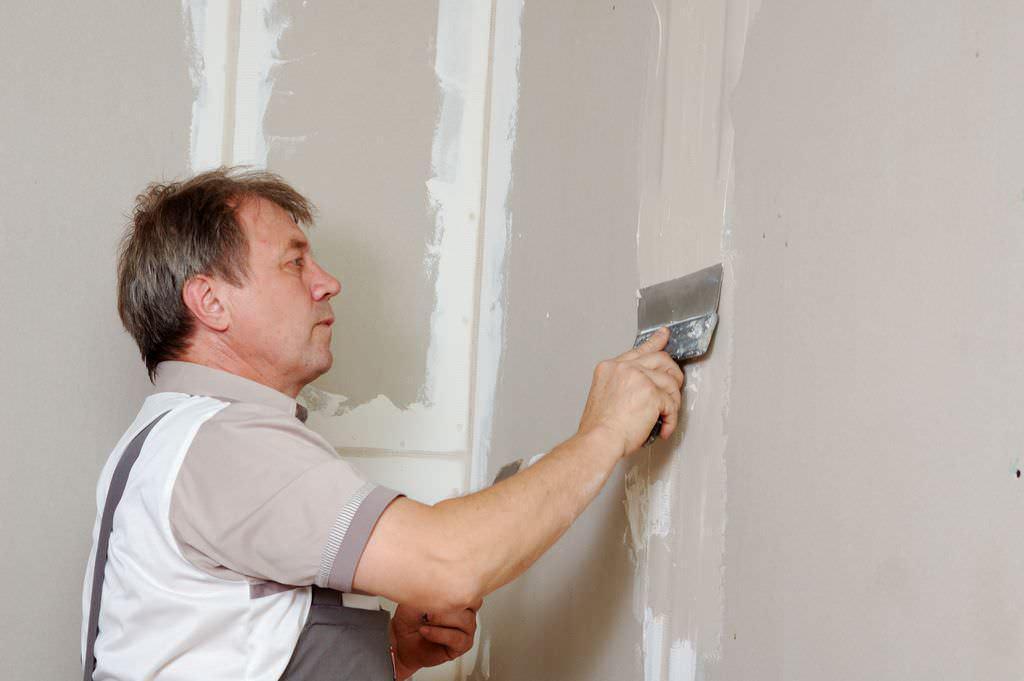 Ремонтируем стены: гипсокартон или штукатурка?