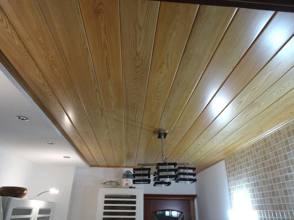 Чем отделать в деревянном доме потолок, фото идеи