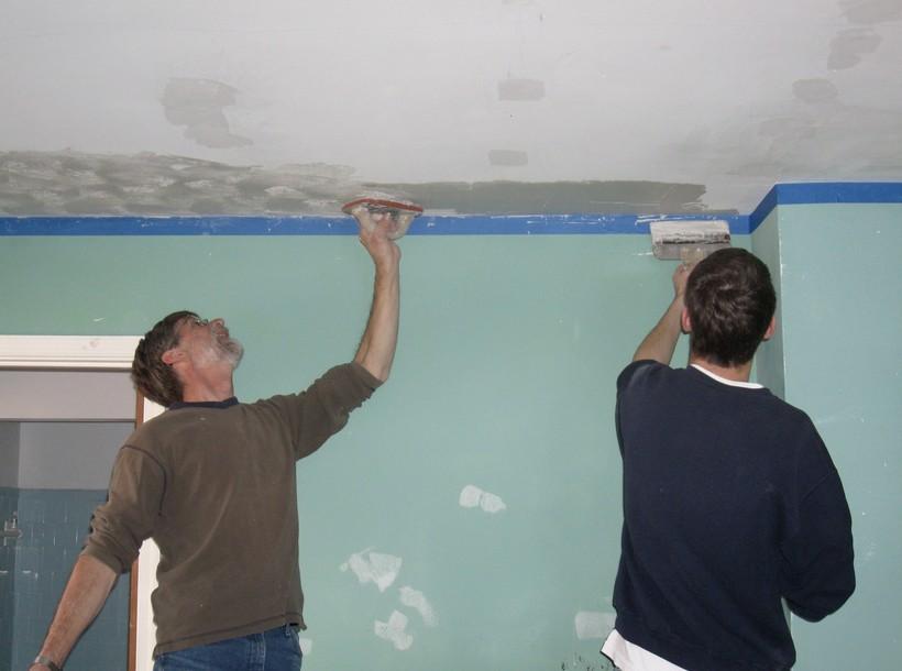 Как выбрать шпаклевку для потолка под покраску?