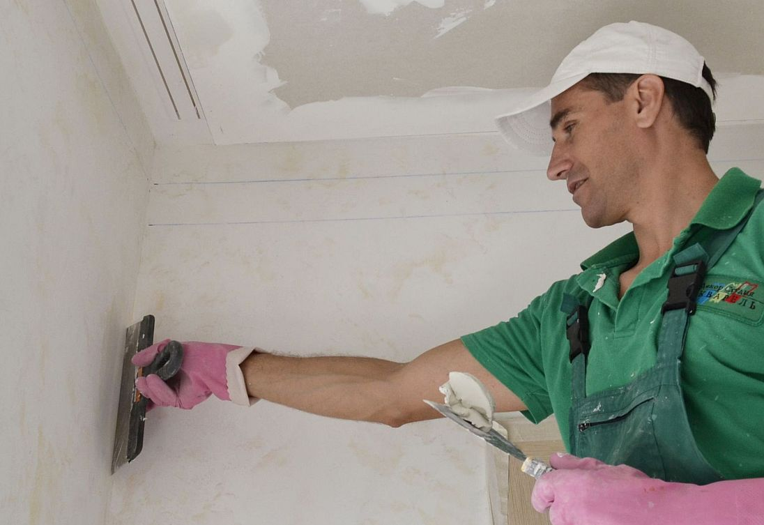 Преимущества и недостатки гипсокартона и штукатурки для черновой отделки стен