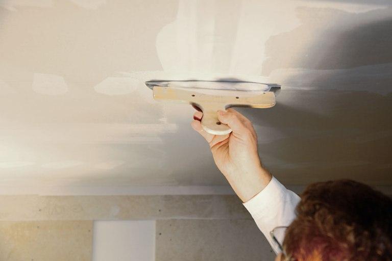 Шпаклевка потолка своими руками: полезные советы
