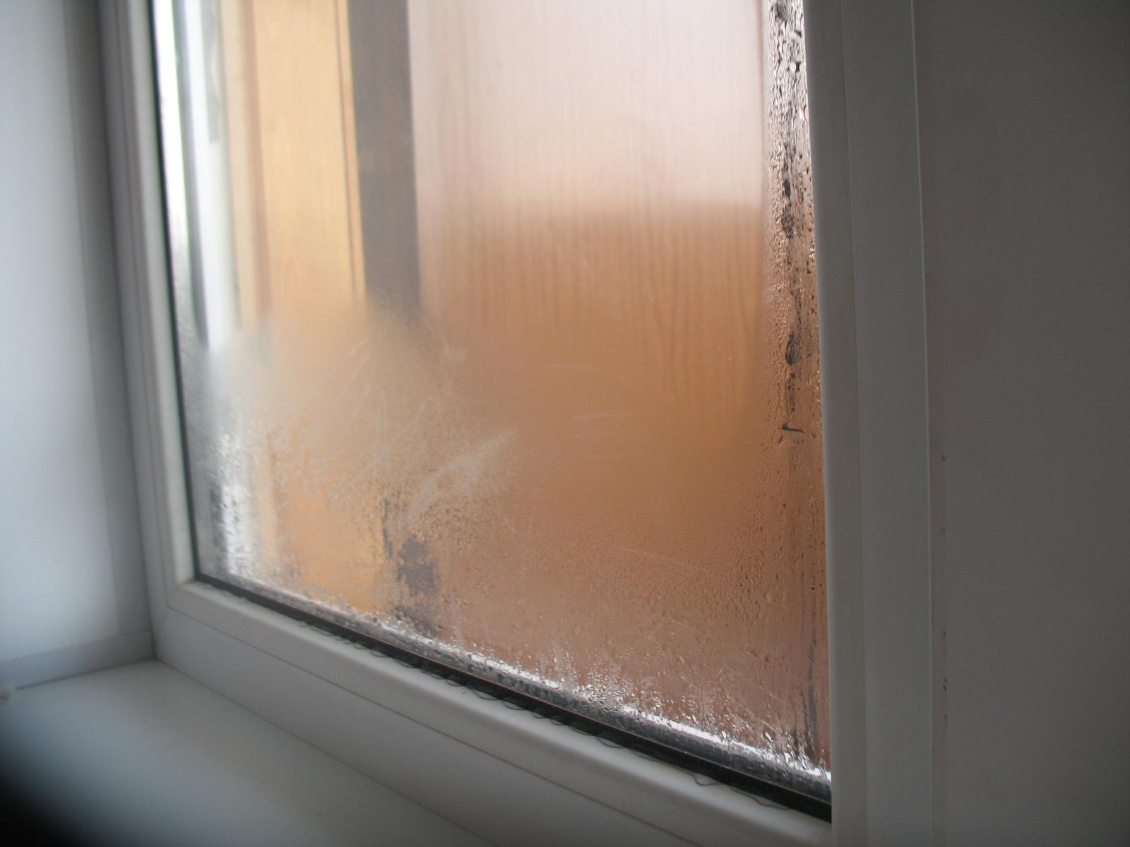 Почему потеют пластиковые окна и как это устранить