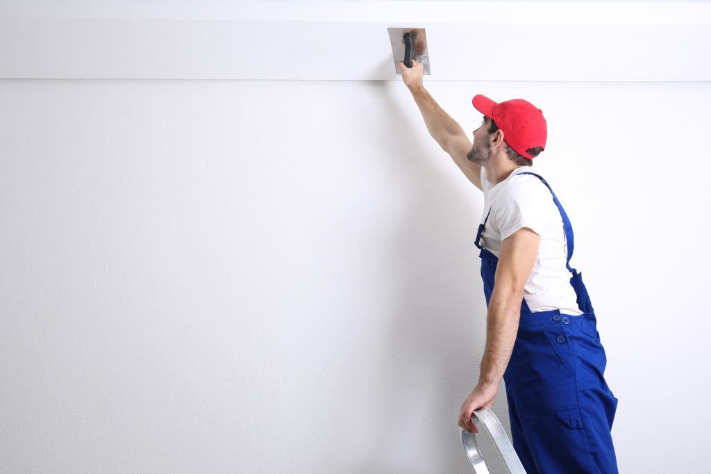 Подготовка поверхности потолка своими руками под покраску, побелку, установку натяжного покрытия и иное, обесточивание электропроводки на стене и другие действия