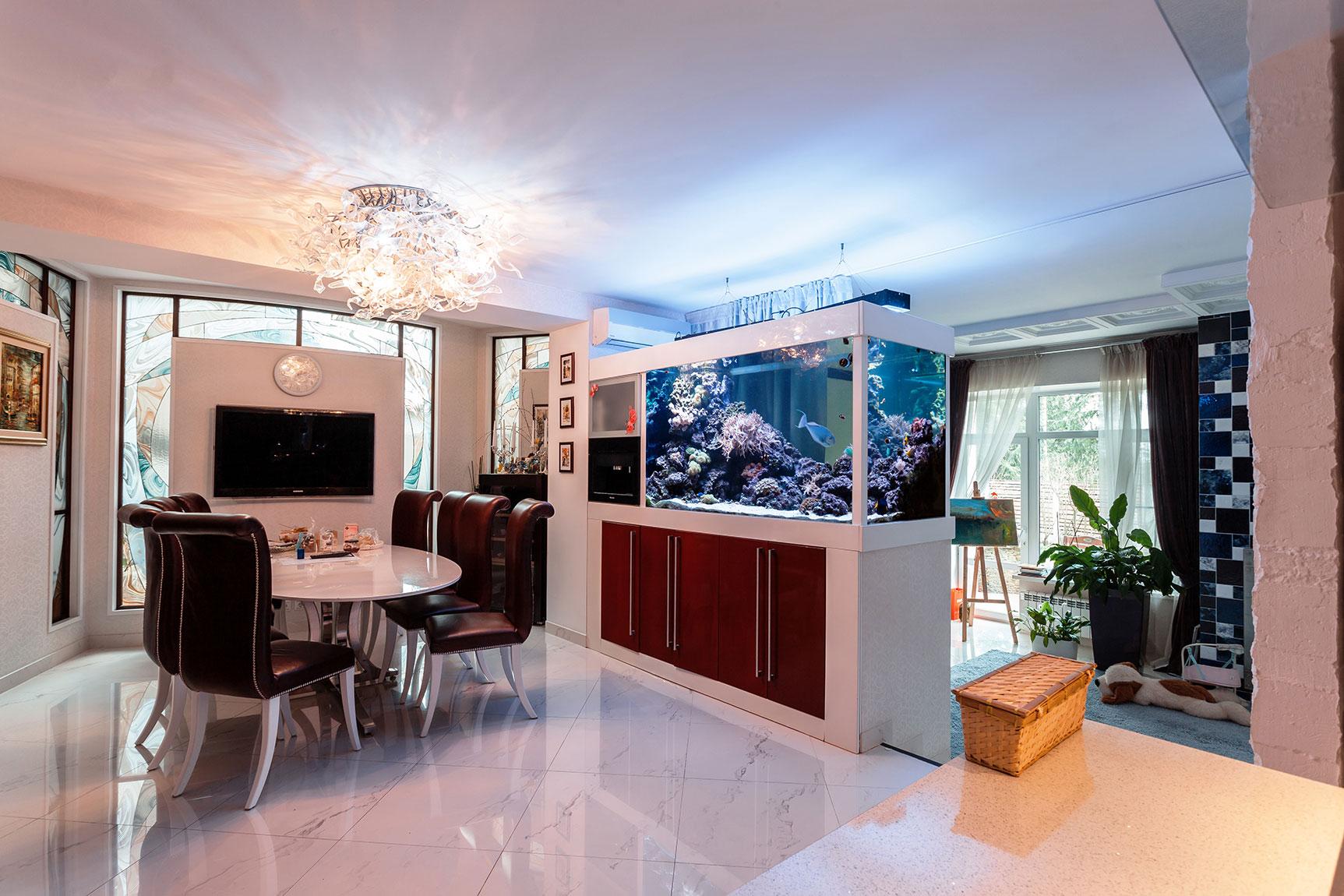 Аквариум в интерьере квартиры: куда поставить и где должен стоять, фото