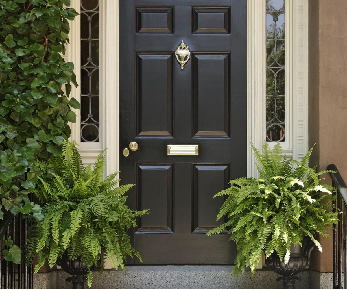Промерзает входная дверь в частном доме («потеет»): что делать?