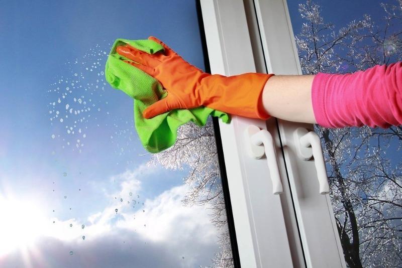 Помыть окна без разводов — всего пару движений, и чистота гарантирована…