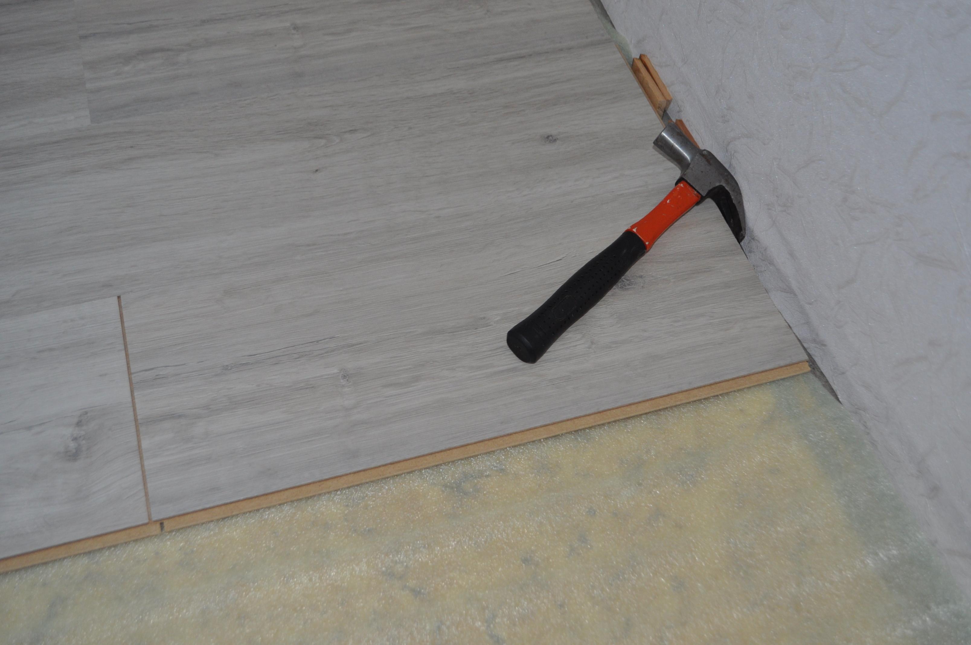 Укладка линолеума на линолеум (26 фото): можно ли стелить новое изделие на старое покрытие и в каких случаях нельзя