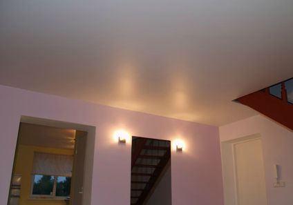 Глянцевый натяжной потолок: плюсы и минусы выбора