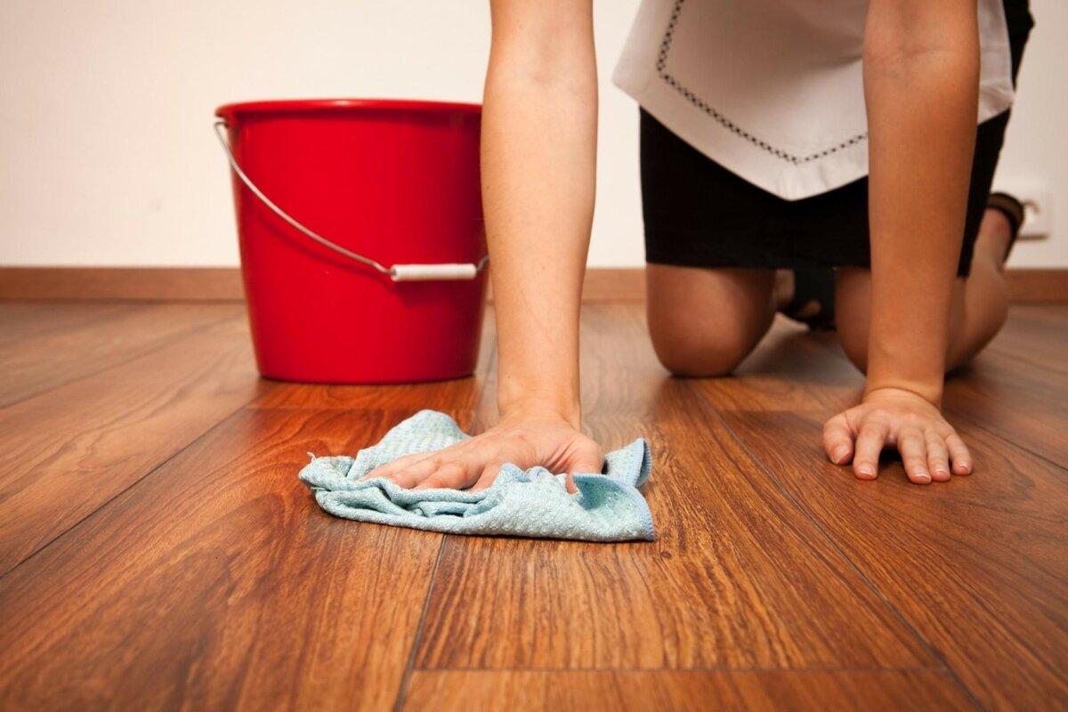Как и чем лучше мыть ламинат без разводов, чтобы он блестел в домашних условиях