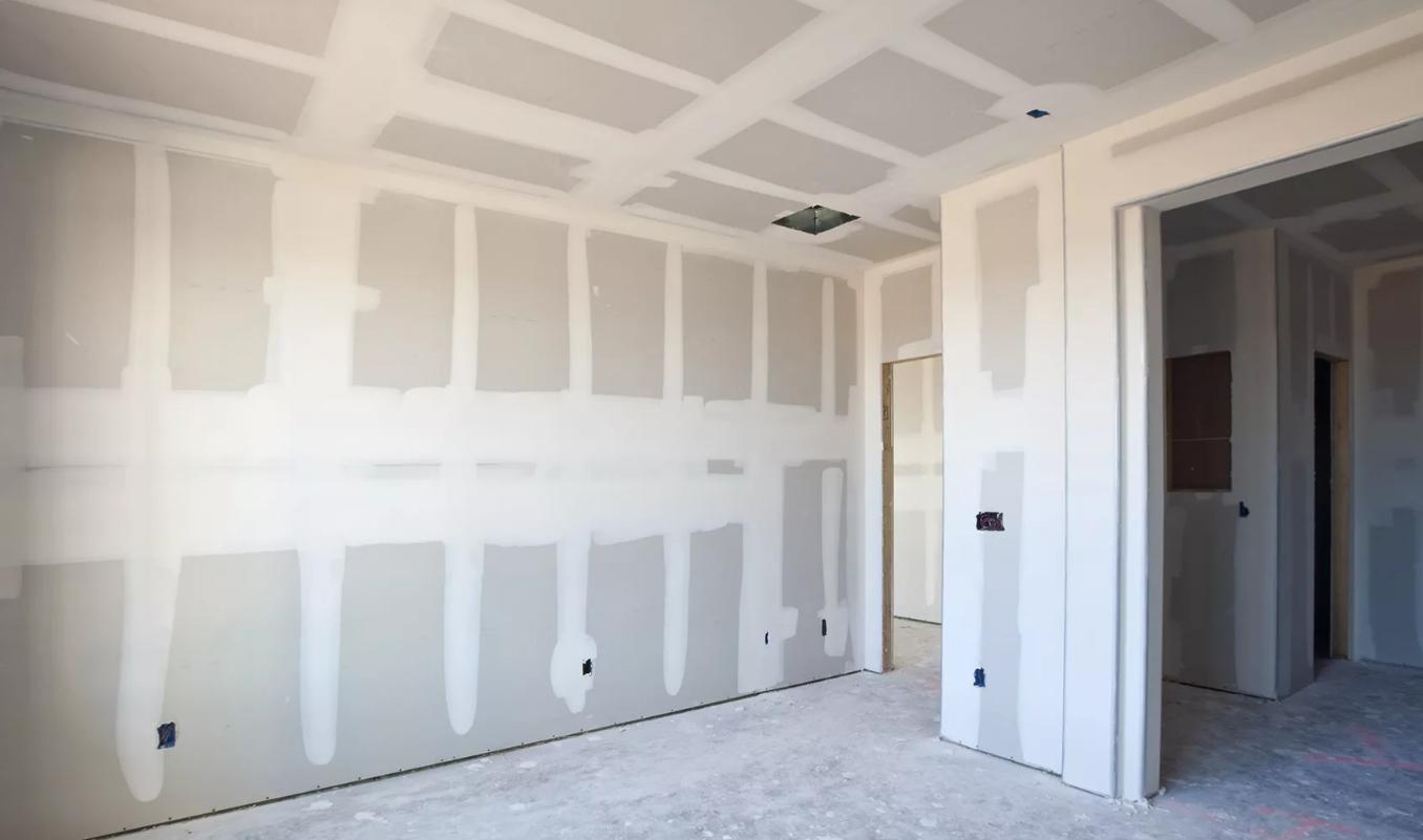 Что лучше: штукатурка или гипсокартон для выравнивания стен