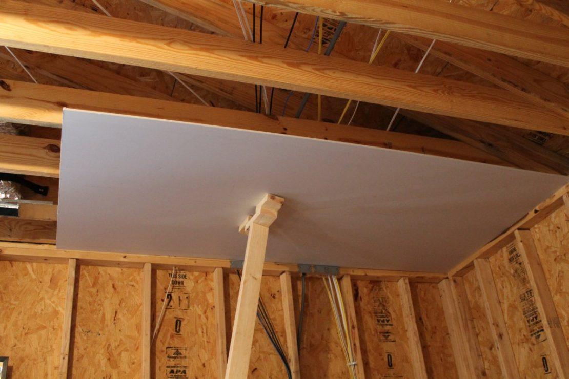 Обшивка потолка в частном деревянном доме и лучшие материалы